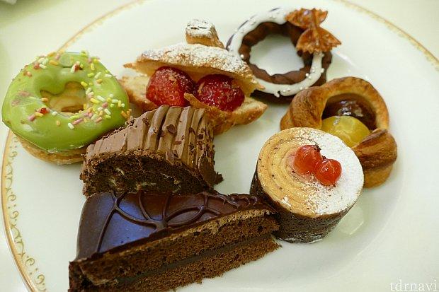 毎回凄い友人のパン&デザートプレート。これを食べる前にパスタやピラフやカレーも食べてました(恐ろしい)。友人のベスト1はストロベリークロワッサンだそうです!大好きなチョコケーキを抜く程の美味しさとは・・・気になりますね!紹介しきれませんでしたがまだまだメニューはたくさんあります!クリスマスならではのごちそうは必食です!