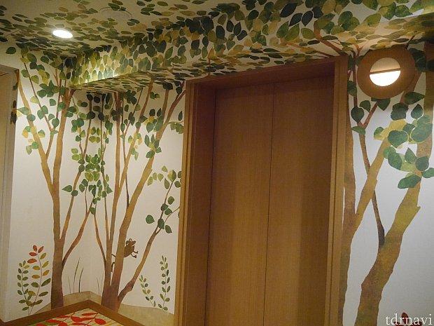 エレベーターホールから魔法の森が広がっています!