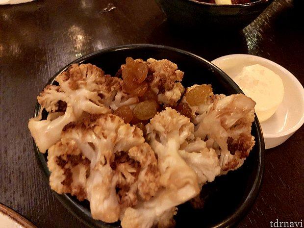 「Roasted Cauliflower」は$9の付け合わせ。こちらもほんのり甘くておもしろい味付けでしたが、美味しかったです。