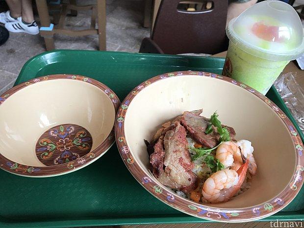 炒飯 75元。チャーシューとエビの下に炒飯があります