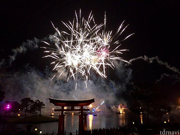 いつ見ても素晴らしい花火と音楽のショーです。EPCOTの日本館の東京ダイニングのレポートはいかがだったでしょうか。海外旅行中はどうしても日本食が恋しくなるものです。日本人キャストによる日本サービスを受けると、それだけでほっとするかとも思いますので、機会があれば是非東京ダイニングで食事をしてみてください。