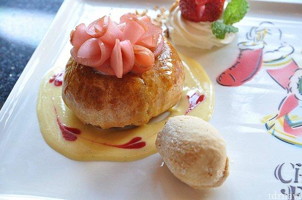 リンゴのパイ包み焼きとキャラメルアイスクリーム