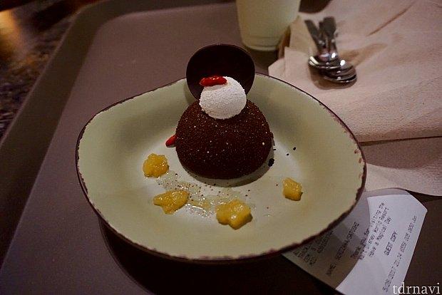 こちらは2つ目のデザート、チョコレートケーキです。このケーキは普通のチョコレートケーキで、美味しかったですが特に珍しい味ではなかったです。陶器のように見えるお皿はプラスチック製でなかなかオシャレでした。