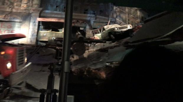 大地震で大きく破壊されてしまった電車のホーム……