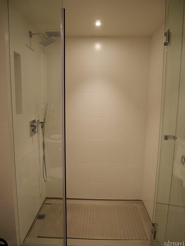 バスタブはなく、シャワーでした。
