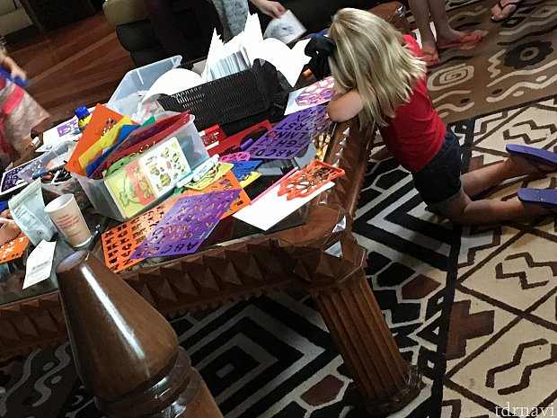 テーブルでは子供達が工作しています 他にも大きなジェンガなど子供達が喜びそうなゲームが置かれていました