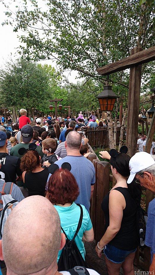 入り口付近の混雑。人が多かったんで、写真はこれだけで遠慮しました。すいません。