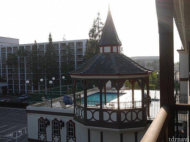 ホテルにはプールも付いていて、夜遅くまで入っている人がいました。プールから花火がよく見えます。