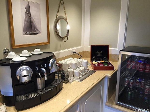 カフェも充実していました。見切れている冷蔵庫には缶ジュースも。