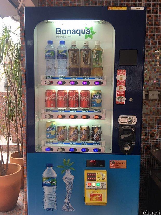 プールサイドには自販機があります。現金、オクトパスカード(八達通)で買えます!