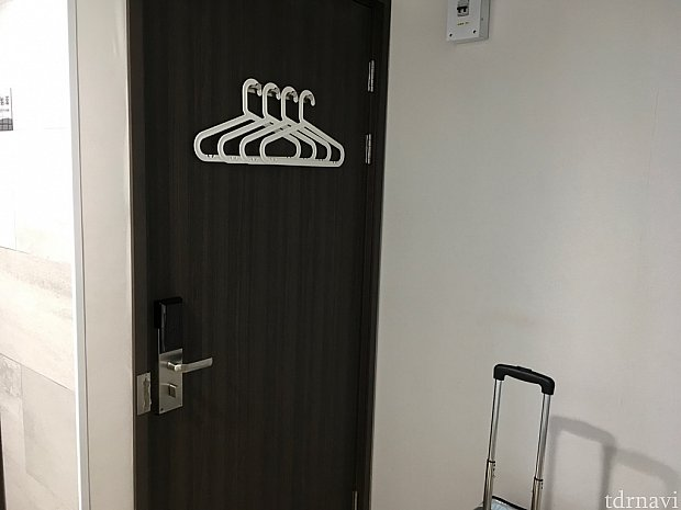スペースはドアの長さ分ぐらいしかないと考えてください。狭くても割り切れるなら全然ありかと。