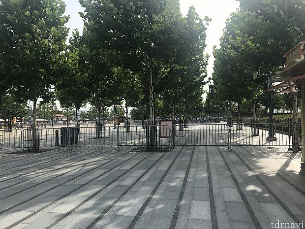 左側がいつもは通れる入園ゲート方面ですが、柵が立てられて通れません