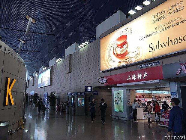 国際線搭乗入口のすぐ横!第一ターミナルのKのところにあります。