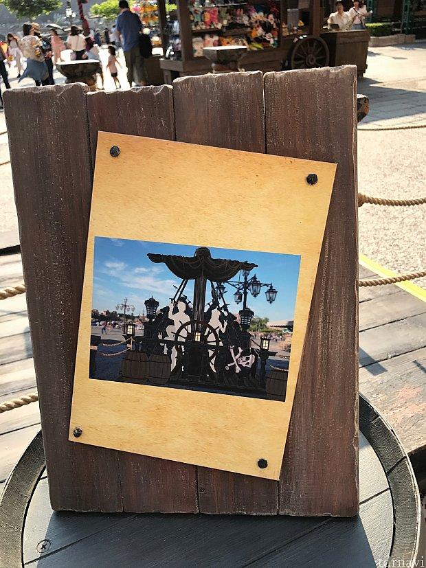 こんな感じで舵をとる写真が撮れます♪この他にもカリブの名シーンを再現できるフォトロケがいっぱいあります!腹ごしらえして夏のシーを楽しみましょう😆☀