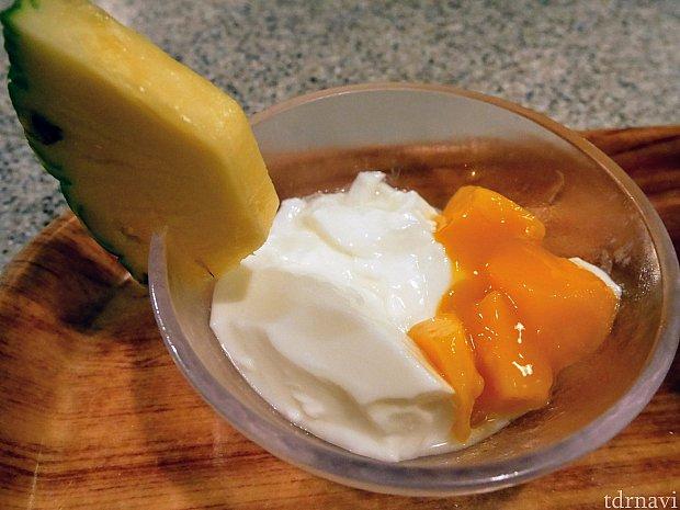 セットのマンゴーが乗った杏仁豆腐!さっぱりしてます!