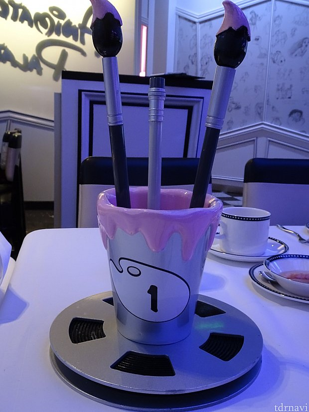 テーブルナンバーが書かれたオブジェ。 写真はアニメーターズパレットですが、他のローテーションダイニングのレストランにもそれぞれあります。 どれも可愛いです。