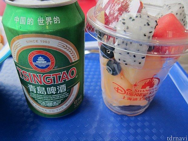 青島ビールとカットフルーツ。
