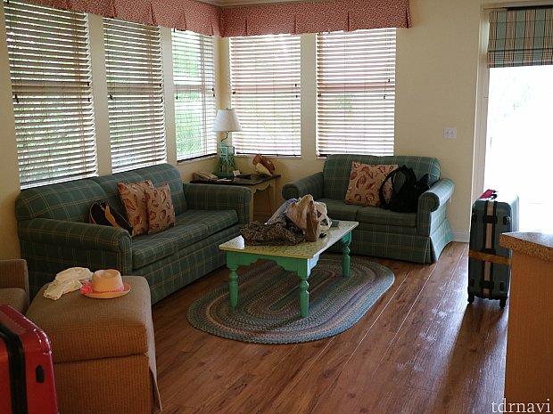 リビングです。写真のソファーは、ベットにもなります。ここにも数名宿泊可能です。