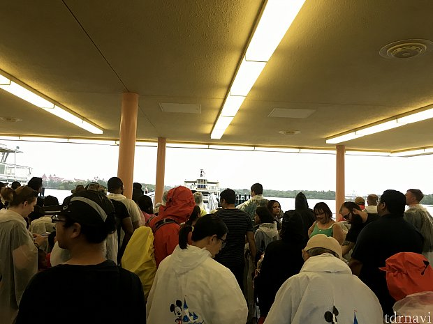 この時は大雨で、みなさんポンチョを着たまま待合室で待っていました(屋根あるのに)