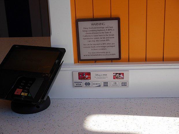 ワゴン的なお店でもカードは使えます。アメリカで現金使ったのはベッドメイキング用に枕元に置いたお金くらいかも。