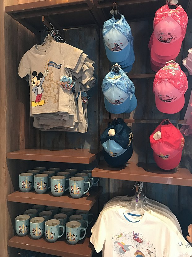 デザイン違いのTシャツ、キャップやマグカップ