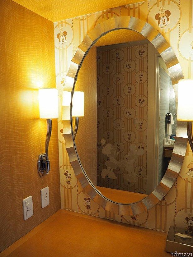 クローゼットの隣にはドレッサーがあります。鏡にはよく見るとミキミニがらぶらぶしてます。クローゼットには金庫や紙袋が、バスローブが掛けられてます。消臭抗菌スプレーは常備ではないですが頼むと用意してくれます。可愛らしいホテルアートと一緒に届けてくれました♡