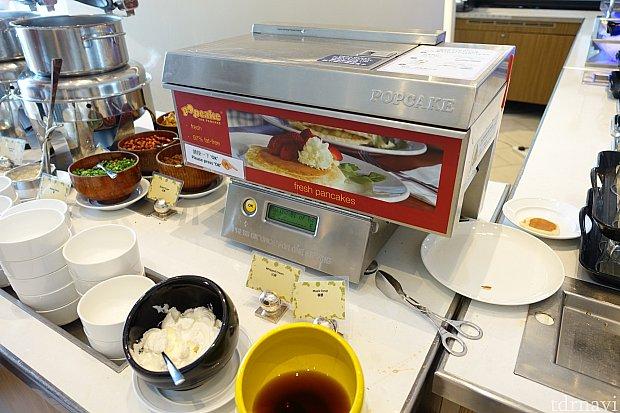 ボタンを押すだけで、60秒でパンケーキを焼いてくれる自動パンケーキ焼きマシーン!