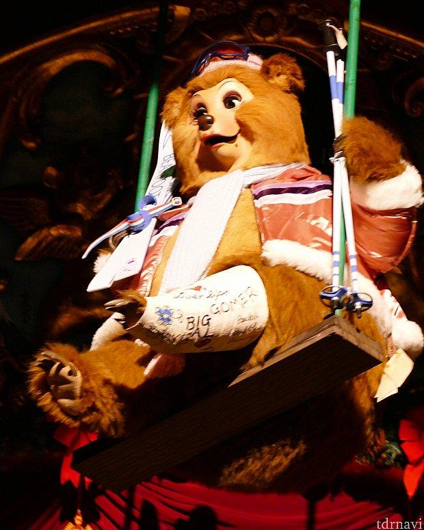 天井から優雅に登場のテディ・バラ。スキーで骨折してギブス姿に。ギブスにはバンドメンバーからのサインが書かれています!細かいところにも注目です✨