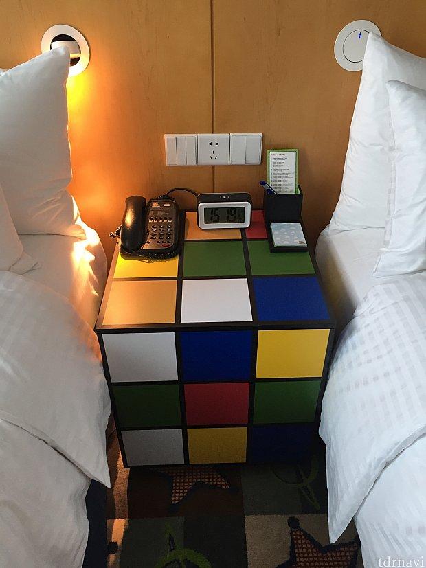 ルービックキューブ調のベッドサイドテーブル