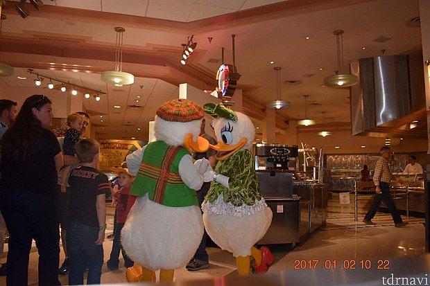 ドナルドとディジーが仲良くしてたら、ミッキーが写真撮る真似をしてました(o^^o)