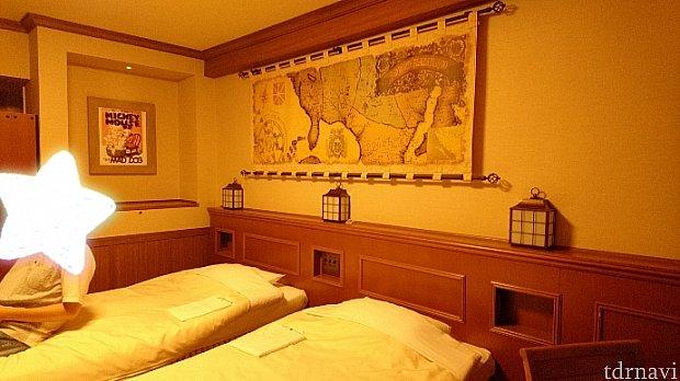 フロンティア感溢れる地図!しかし右上にはSUNROUTE PLAZA TOKYO(笑)ベッド上のランタンはちゃんとつきます!