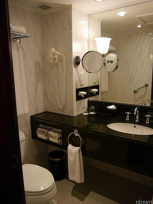 バスルーム。天井は見てはいけない。