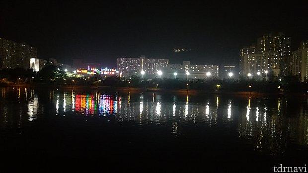 夜、川沿いを散歩しました。 水面に映るネオンがきれい&香港の喧騒が何一つない!! のどかの一言!
