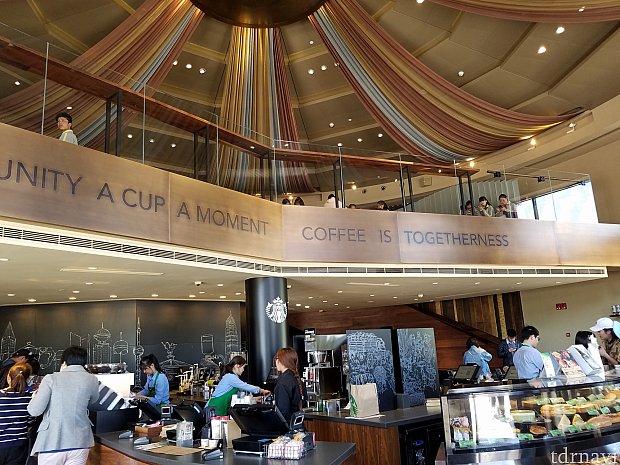 明るく広い店内で、ゆっくりコーヒーを飲めます。