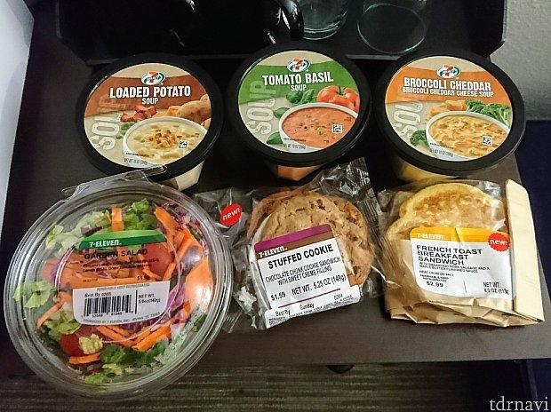お勧めは冷蔵コーナーにあるレトルトスープ。特にポテト、美味です😋 部屋に電子レンジがある人、お試しあれ! そうそう、サラダのドレッシング買い忘れた💦