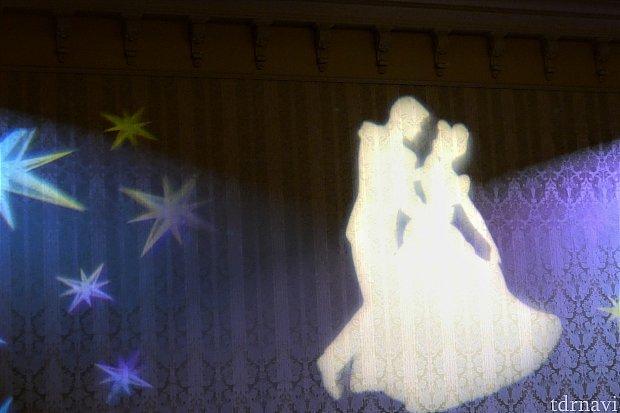 コース料理が運ばれてくる頃には、壁のライトアップがシンデレラとチャーミング王子に変わっていました♪これがシンデレラドリームか…(*゜▽゜)