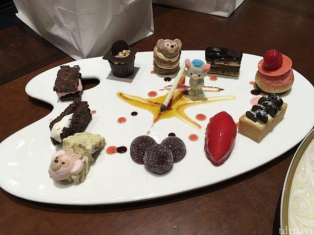 ジェラトーニのデザートまでお腹の余裕はなく、3分の2ぐらいはうちの相方に食べてもらいました。私は見て堪能