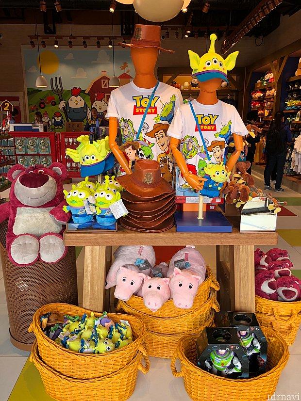Tシャツは大人サイズ 149元、子どもサイズ 119元 リトルグリーンメンの帽子 169元、動くぬいぐるみ 189元