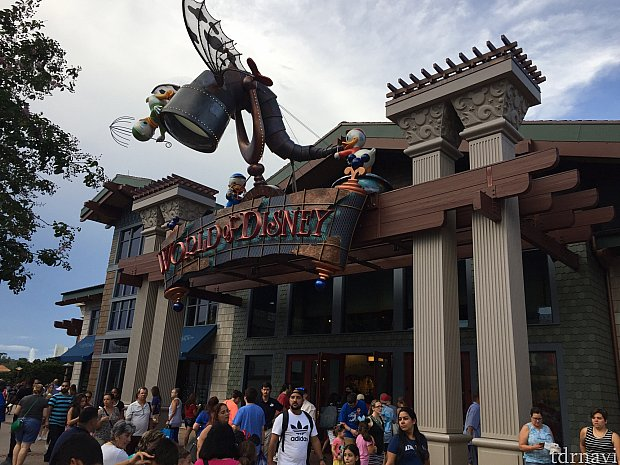 ディズニースプリングスのギフトカードキャンペーンで貰える、$25のボーナスは、D–Livingはもちろん、世界最大のディズニーショップのWorld of Disneyでも利用する事ができます。