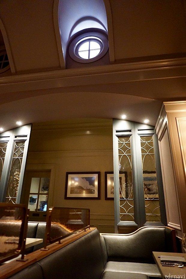 薄暗い灯台内に丸窓から入る外の光の雰囲気。