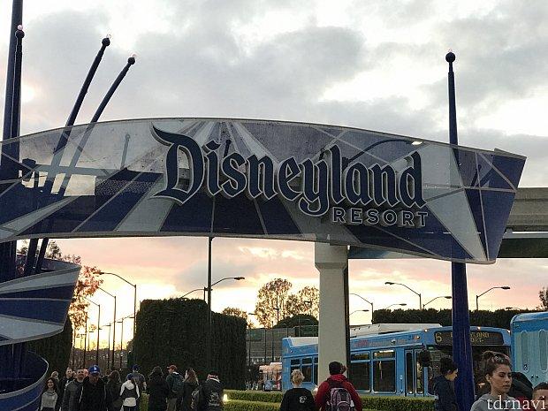 横断歩道を渡れば、すぐにディズニーランドの門が!