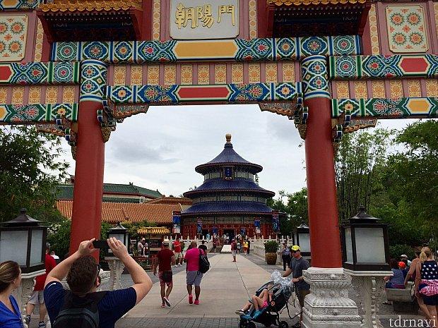 中国館の赤と赤いTシャツグループがマッチしています。