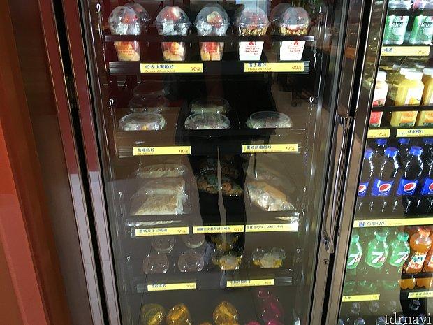 サンドイッチやフルーツ、サラダなど。私は右上のヨーグルトを購入。友人は上から3段目真ん中のサーモンのクロワッサンサンドを購入しましたが、普通に美味しかったとのこと