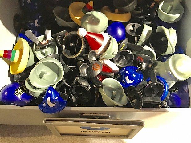 たくさんの種類の帽子たち👒スターウォーズのキャップや、イヤーハットに反乱軍のマークが描かれているものも。