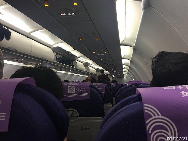 ほぼ満席の機内。ほとんどが中国の人でしたが、深夜というのもあってか非常に静かでした。