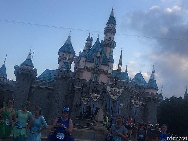 お城を後ろか前に通り抜けるコース。(両レース)