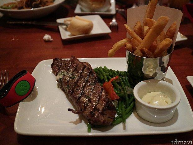 私はGrilled Strip Steakを頼みました。大きい!食べごたえありです。
