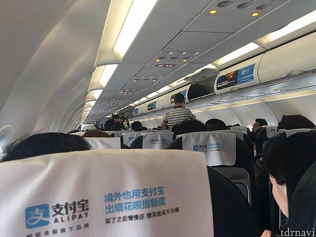 機内は片側3列の合計6列シート。