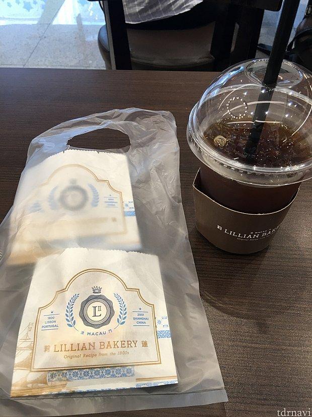 今回はエッグタルトとチーズタルトとアイスコーヒーを注文。合計33.5元也。店内で座って食べれます。