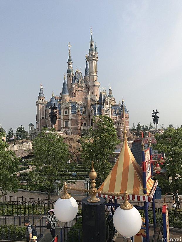ダンボの上から綺麗にお城が見えます